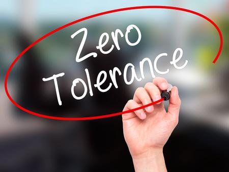 Man Hand schrijven Zero Tolerance met zwarte stift op visuele scherm. Geïsoleerd op de achtergrond. Business, technologie, internet concept. Stockfoto