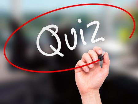 Man Hand schreiben Quiz mit Marker auf transparente Platte wischen. Isoliert auf Büro. Geschäft, Internet, Technologie-Konzept. Stockfoto