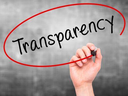 Man Hand schreiben Transparenz mit Marker auf transparente Platte wischen. Isoliert auf grau. Geschäft, Internet, Technologie-Konzept. Stockfoto