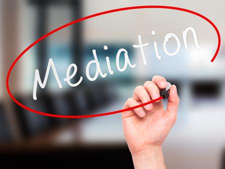 Man Hand schreiben Mediation mit Marker auf transparente Platte wischen. Isoliert auf Büro. Geschäft, Internet, Technologie-Konzept. Stockfoto Standard-Bild - 52651695