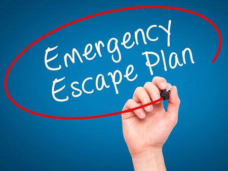 fogatas: Escritura de la mano del hombre plan de escape de emergencia con marcador negro en la pantalla visual. Aislado en azul. Negocios, la tecnología, el concepto de internet. imagen de archivo