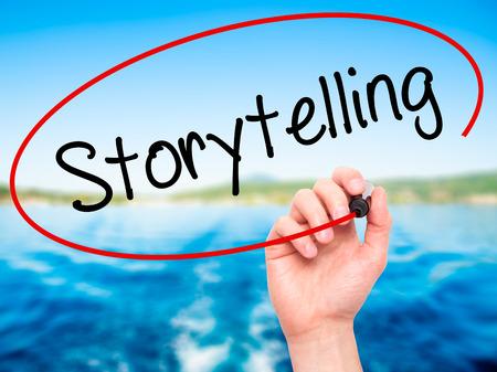 Man Hand schrijven Storytelling met zwarte stift op visuele scherm. Geïsoleerd op de achtergrond. Business, technologie, internet concept. Stock foto