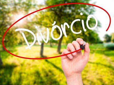 Escritura de la mano del hombre Divorcio (Divorcio en portugués) con marcador negro en la pantalla visual. Aislado en el fondo. Negocios, la tecnología, el concepto de internet. Foto de stock Foto de archivo - 52804900