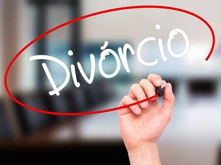 Escritura de la mano del hombre Divorcio (Divorcio en portugués) con marcador negro en la pantalla visual. Aislado en el fondo. Negocios, la tecnología, el concepto de internet. Foto de stock Foto de archivo - 52738685