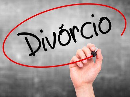 Escritura de la mano del hombre Divorcio (Divorcio en portugués) con marcador negro en la pantalla visual. Aislado en el fondo Negocios, tecnología, concepto de internet. Foto de stock Foto de archivo - 52733355
