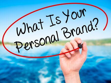 남자의 손은 당신의 개인 브랜드 란 무엇인가 쓰기? 시각적 화면에 검은 색 마커. 자연입니다. 비즈니스, 기술, 인터넷 개념. 사진 스톡 콘텐츠