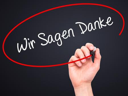 Man Wish Sagen Danke (우리는 독일어로 고맙다고 말함)와 시각적 인 화면에 검은 색 마커를 쓰는 손. 검정에 격리. 비즈니스, 기술, 인터넷 개념입니