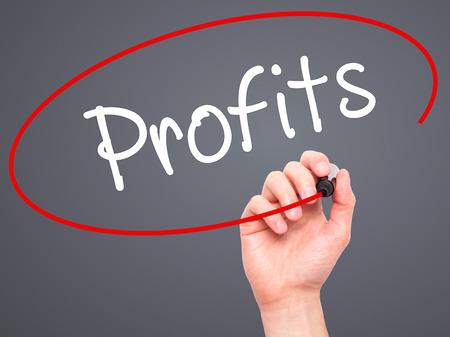 Man Hand Gewinne mit schwarzen Marker auf visuellen Bildschirm zu schreiben. Isoliert auf Hintergrund. Wirtschaft, Technik, Internet-Konzept. Stockfoto