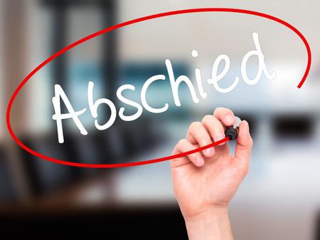 despedida: Hombre de la mano escribiendo Abschied (despedida en alem�n) con marcador negro en la pantalla visual. Aislado en el fondo. Negocios, la tecnolog�a, el concepto de internet. Foto de stock