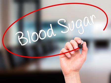 Escritura de la mano del hombre azúcar en la sangre con marcador negro en la pantalla visual. Aislado en el fondo. Negocios, la tecnología, el concepto de internet. Foto de stock