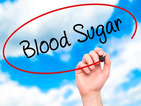 hombre escribiendo: Escritura de la mano del hombre azúcar en la sangre con marcador negro en la pantalla visual. Aislado en el fondo. Negocios, la tecnología, el concepto de internet. Foto de stock