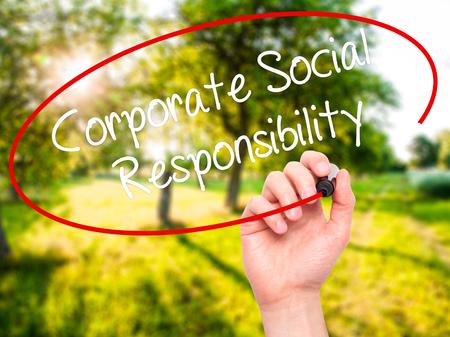 ビジュアル画面に黒のマーカーで企業の社会的責任を書く人間の手。背景に分離されました。ビジネス、技術、インターネットの概念。ストック フ