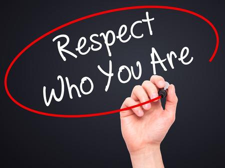 respeto: Hombre de la mano escribiendo Respeto qui�n eres con marcador negro en la pantalla visual. Aislado en el fondo. Negocios, la tecnolog�a, el concepto de internet. Foto de stock Foto de archivo