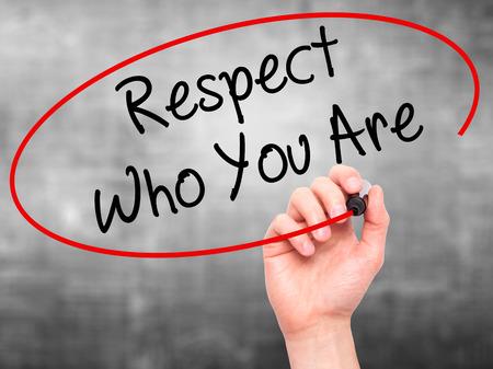 respetar: Hombre de la mano escribiendo Respeto quién eres con marcador negro en la pantalla visual. Aislado en el fondo. Negocios, la tecnología, el concepto de internet. Foto de stock Foto de archivo