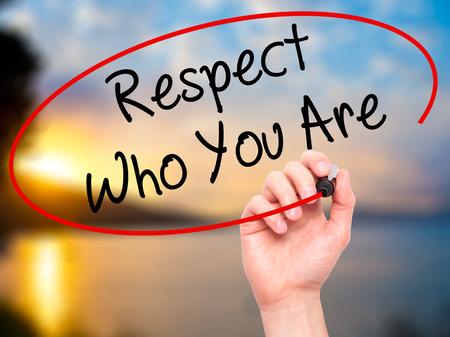respeto: Hombre de la mano escribiendo Respeto quién eres con marcador negro en la pantalla visual. Aislado en el fondo. Negocios, la tecnología, el concepto de internet. Foto de stock Foto de archivo