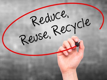 recycle reduce reuse: Escritura de la mano del hombre reduce la reutilizaci�n recicla con marcador negro en la pantalla visual. Aislado en el fondo. Negocios, la tecnolog�a, el concepto de internet. Foto de stock Foto de archivo