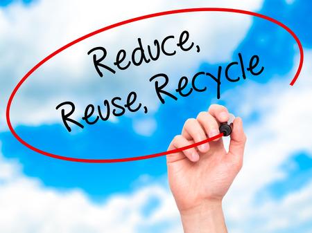 recycle reduce reuse: Escritura de la mano del hombre reduce la reutilizaci�n recicla con marcador negro en la pantalla visual. Aislado en el fondo.