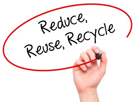 reduce reutiliza recicla: Escritura de la mano del hombre reduce la reutilizaci�n recicla con marcador negro en la pantalla visual. Aislado en el fondo.