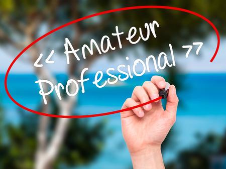 AFICIONADOS: Hombre de la mano escribiendo Amateur - Profesional con marcador negro en la pantalla visual. Aislado en el fondo. Negocios, la tecnología, el concepto de internet. Foto de stock