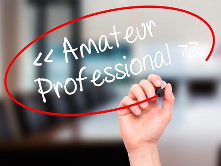 amateur: Hombre de la mano escribiendo Amateur - Profesional con marcador negro en la pantalla visual. Aislado en el fondo. Negocios, la tecnolog�a, el concepto de internet. Foto de stock