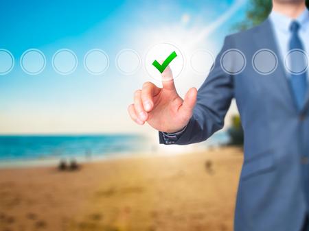 Zakenman vinkje op het virtuele scherm. Vinger op een checklist doos en tikken. Zakelijke technologie concept. Geïsoleerd op grijs. Stock Afbeelding Stockfoto