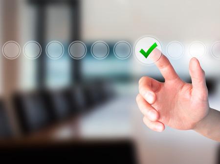 Joven mano masculina que tocar, presionando el botón moderna y casilla de verificación marcando fuera de las cajas vacías en la interfaz de pantalla digital. Aislado en gris. Concepto de tecnología de negocios. imagen de archivo
