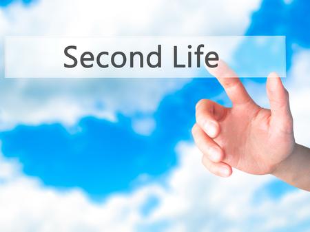 cronologia: Second Life - Mano presionando un botón en concepto de fondo borroso. Negocios, la tecnología, el concepto de internet. Foto de stock