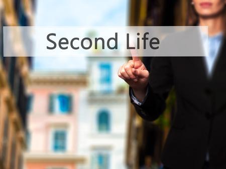 cronologia: Second Life - mano de la empresaria botón en la interfaz de pantalla táctil de prensado. Negocios, la tecnología, el concepto de internet. Foto de stock