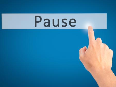 Pauze - Hand indrukken van een knop op onscherpe achtergrond concept. Business, technologie, internet concept. Stock foto Stockfoto