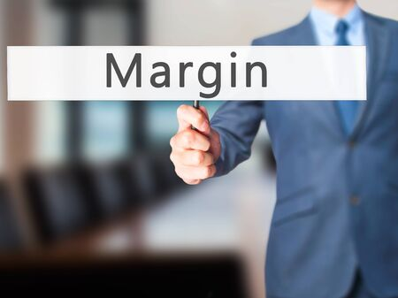 margen: Margen - La mano de negocios la celebración de firmar.
