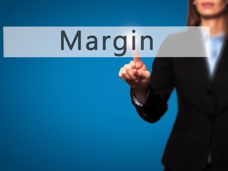 margen: Margen - mano de la empresaria botón en la interfaz de pantalla táctil de prensado. Foto de archivo
