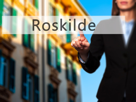 humanismo: Roskilde - mano de la empresaria bot�n en la interfaz de pantalla t�ctil de prensado. Negocios, la tecnolog�a, el concepto de internet. Foto de stock
