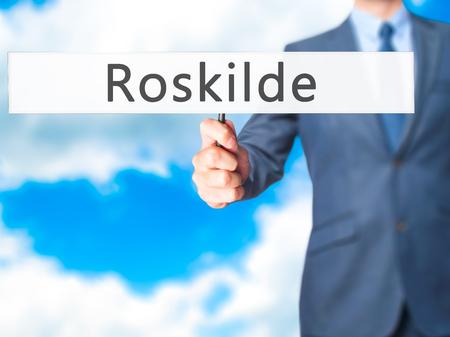 humanismo: Roskilde - hombre de negocios mano que sostiene la muestra. Negocios, la tecnolog�a, el concepto de internet. Foto de stock