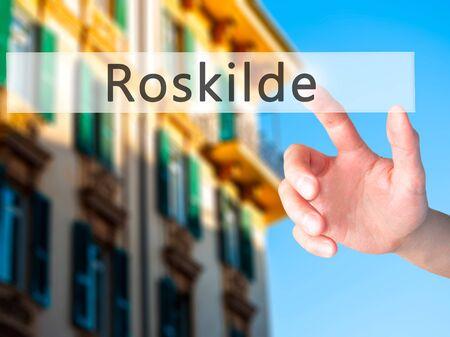 humanismo: Roskilde - Mano presionando un bot�n en concepto de fondo borroso. Negocios, la tecnolog�a, el concepto de internet. Foto de stock