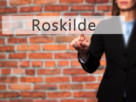 humanism: Roskilde - mano de la empresaria bot�n en la interfaz de pantalla t�ctil de prensado. Negocios, la tecnolog�a, el concepto de internet. Foto de stock