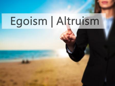 altruismo: Altruismo Egoísmo - mano de la empresaria botón en la interfaz de pantalla táctil de prensado. Negocios, la tecnología, el concepto de internet. Foto de stock Foto de archivo