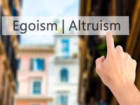 altruismo: Altruismo Ego�smo - Mano presionando un bot�n en concepto de fondo borroso. Negocios, la tecnolog�a, el concepto de internet. Foto de stock