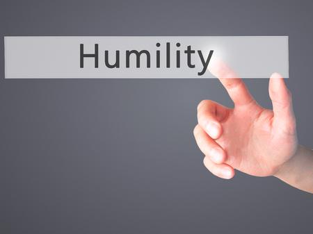 humildad: Humildad - Mano presionando un bot�n en concepto de fondo borroso. Negocios, la tecnolog�a, el concepto de internet. Foto de stock Foto de archivo
