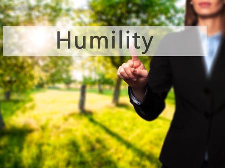 humildad: Humildad - mano de la empresaria bot�n en la interfaz de pantalla t�ctil de prensado. Negocios, la tecnolog�a, el concepto de internet. Foto de stock