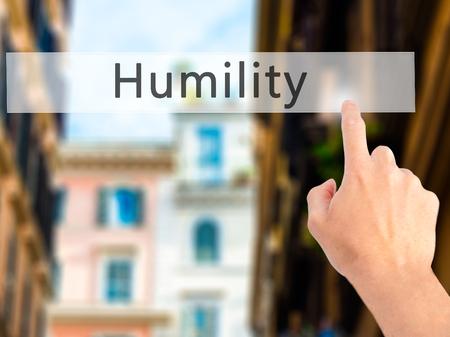 soltería: Humildad - Mano presionando un botón en concepto de fondo borroso. Negocios, la tecnología, el concepto de internet. Foto de stock Foto de archivo