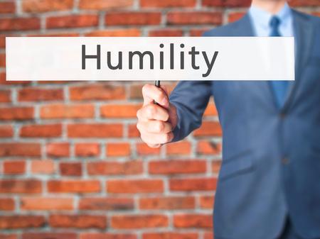 solter�a: Humildad - La mano de negocios la celebraci�n de firmar. Negocios, la tecnolog�a, el concepto de internet. Foto de stock Foto de archivo