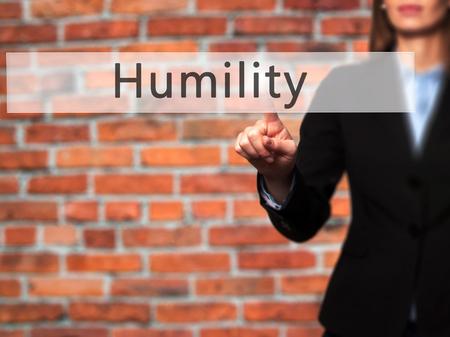 soltería: Humildad - mano de la empresaria botón en la interfaz de pantalla táctil de prensado. Negocios, la tecnología, el concepto de internet. Foto de stock