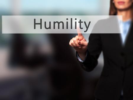 solter�a: Humildad - mano de la empresaria bot�n en la interfaz de pantalla t�ctil de prensado. Negocios, la tecnolog�a, el concepto de internet. Foto de stock
