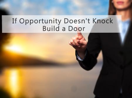 tocar la puerta: Si la oportunidad de Knock ¿No Construir una puerta - Empresaria mano botón en la interfaz de pantalla táctil de prensado. Negocios, la tecnología, el concepto de internet. Foto de stock