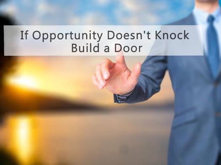 tocar la puerta: Si la oportunidad de Knock ¿No Construir una puerta - la mano del hombre de negocios botón en la interfaz de pantalla táctil de prensado. Negocios, la tecnología, el concepto de internet. Foto de stock