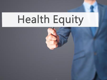 equidad: La equidad de la salud - hombre de negocios mano que sostiene la se�al. Negocios, la tecnolog�a, el concepto de internet. Foto de stock
