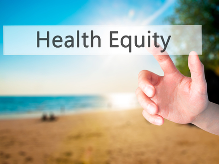 equity: La equidad de la salud - Mano presionando un bot�n en concepto de fondo borroso. Negocios, la tecnolog�a, el concepto de internet. Foto de stock Foto de archivo