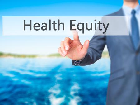 equity: La equidad de la salud - Mano de empresario bot�n en la interfaz de pantalla t�ctil de prensado. Negocios, la tecnolog�a, el concepto de internet. Foto de stock Foto de archivo
