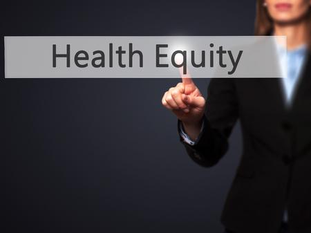 equity: La equidad de la salud - mano de la empresaria bot�n en la interfaz de pantalla t�ctil de prensado. Negocios, la tecnolog�a, el concepto de internet. Foto de stock