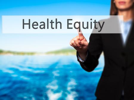 equidad: La equidad de la salud - mano de la empresaria bot�n en la interfaz de pantalla t�ctil de prensado. Negocios, la tecnolog�a, el concepto de internet. Foto de stock